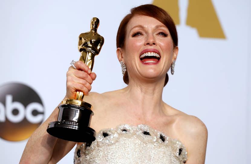 Долгожданный «Оскар» в категории «Лучшая женская роль» актриса получила в 2015 году за игру в фильме «Все еще Элис». Мур очень правдоподобно передала всю палитру переживаний главной героини — профессора лингвистики Элис Хаулэнд, у которой обнаруживается болезнь Альцгеймера