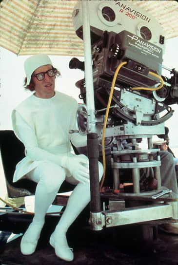 После школы Вуди Аллен поступил в Нью-Йоркский университет, где изучал курсы коммуникации и кинематографии. Но с учебой у него не задалось — он был исключен из вуза за неуспеваемость по кинематографии