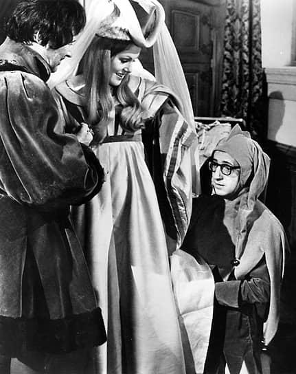 В кино Вуди Аллен попал в качестве сценариста, когда ему предложили доработать сценарий к фильму «Что нового, кошечка» (1965). Картина получилась успешной, к тому же Аллен сыграл в ней одну из главных ролей. Вскоре он решил, что будет снимать кино самостоятельно. Первые его работы — эксцентричные комедии «Бананы», «Хватай деньги и беги», «Все, что вы хотели знать о сексе, но боялись спросить» (кадр из фильма на фото)