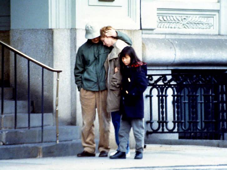 После разрыва с Миа Фэрроу (в центре) режиссер начал встречаться с ее приемной дочерью Сун-и Превен (справа), которую воспитывал до этого вместе с Миа, а потом женился на ней в 1997 году