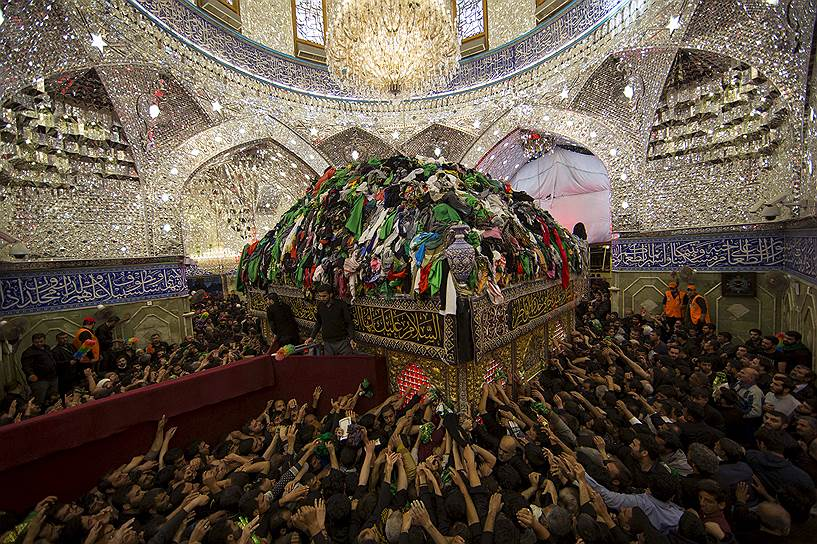 Кербала, Ирак. Паломники-шииты у гробницы Аббаса ибн Али
