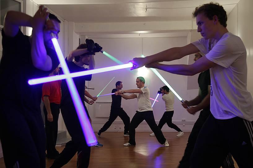 Париж, Франция. Занятие по технике боя на световых мечах в организации «Sport Saber League», созданной фанатами «Звездных войн»
