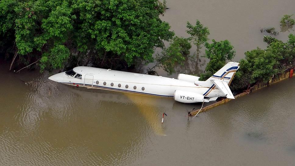 Ченнаи, Индия. Самолет в городском аэропорту, затопленном из-за проливных дождей