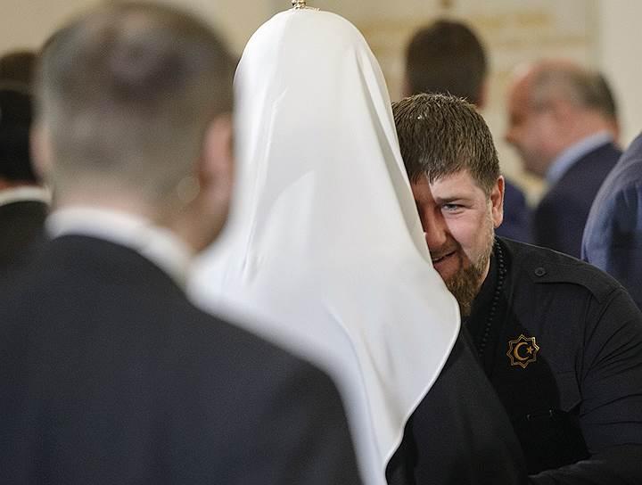 Патриарх Московский и всея Руси Кирилл (в центре) и глава Чеченской Республики Рамзан Кадыров (справа)