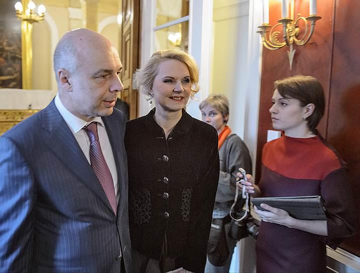 Министр финансов России Антон Силуанов (слева) и председатель Счетной палаты России Татьяна Голикова (в центре