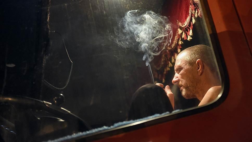 Тверская область, Россия. Дальнобойщик, протестующий против введения системы оплаты проезда по федеральным трассам «Платон», в кабине своего грузовика