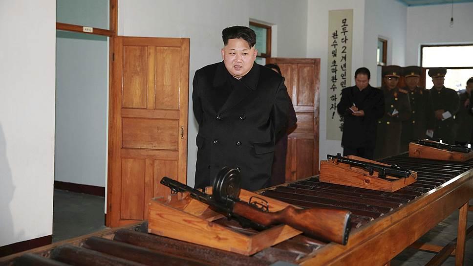 Лидер КНДР Ким Чон Ын в ходе посещения оружейного завода дал понять, что в распоряжении военных страны есть не только раритетные пулеметы, но и куда более современное вооружение