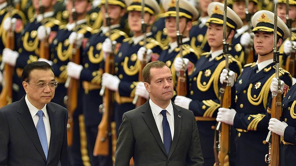 Премьер Государственного совета КНР Ли Кэцян (слева) и председатель правительства России Дмитрий Медведев (справа)