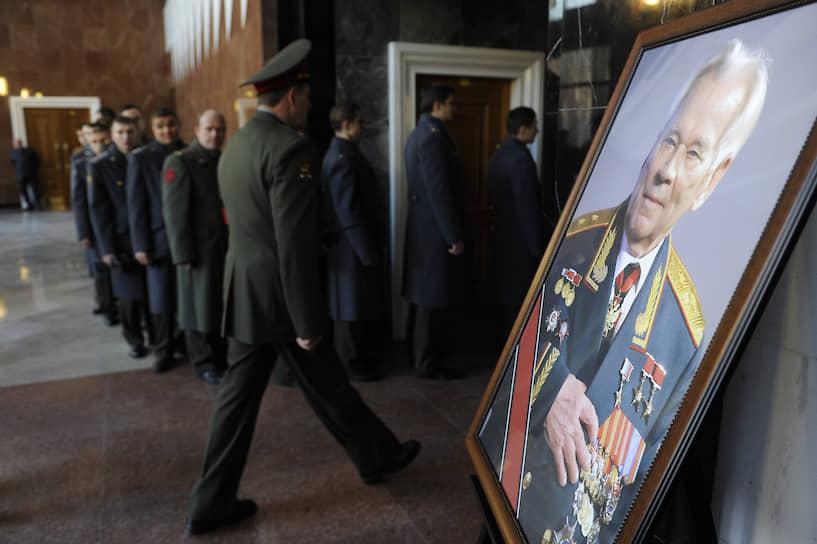 Легендарный конструктор Михаил Калашников умер на 95-м году жизни после продолжительной болезни. Он был похоронен 27 декабря на 2013 года Федеральном военном мемориальном кладбище в подмосковных Мытищах. На малой родине конструктора, в Алтайском крае, был открыт музей его имени