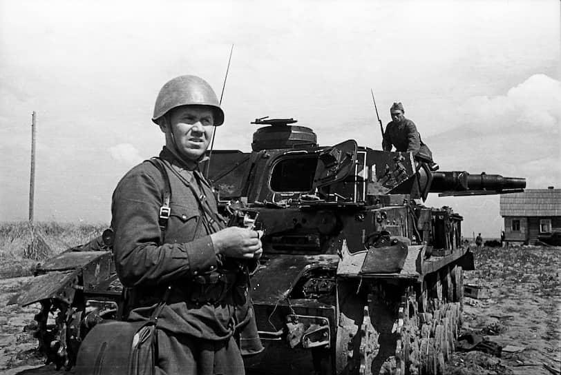 В 1938 году Михаил Калашников был призван в армию: он  служил в Киевском особом военном округе, где прошел курс механика-водителя танка, после чего был направлен в танковый полк в город Стрый (Львовская область). Тогда же он изобрел счетчик для учета фактического количества выстрелов из танковой пушки и вскоре был  направлен в Ленинград на завод имени Ворошилова для внедрения изобретения