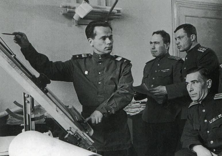 В сентябре 1941 года в результате серьезной контузии Михаил Калашников получил получил шестимесячный отпуск по ранению, после чего уехал в Казахстан. Там он изготовил свою первую модель пистолета-пулемета.  Испытания оружия провел профессор Анатолий Аркадьевич Благонравов, который хоть и не рекомендовал пистолет-пулемет Калашникова на вооружение, но высоко оценил талант конструктора