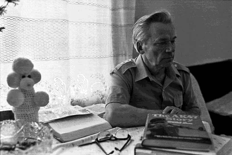 Автомат Калашникова (АК) был принят на вооружение в СССР в 1949 году, причем сразу в двух вариантах — обычном и десантном (АКС, со складным прикладом). С этого времени Калашников работал в отделе главного конструктора Ижмаша вплоть до 1979 года, когда он был назначен начальником бюро по стрелковому оружию завода