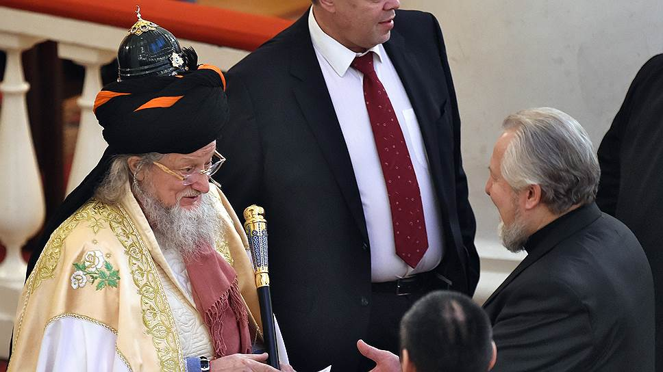 Верховный муфтий России, председатель Центрального духовного управления мусульман Талгат Таджутдин (слева)