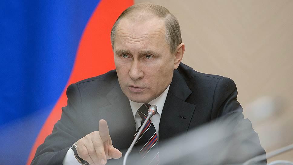 Президент России Владимир Путин во время совещания с членами правительства России в резиденции Ново-Огарево