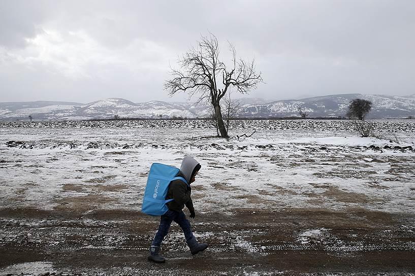 Деревня Миратовак, Сербия. Ребенок мигрантов идет по дороге после пересечения границы с Македонией