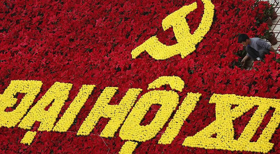Ханой, Вьетнам. Панно из цветов, сделанное к 12-му национальному конгрессу Компартии Вьетнама
