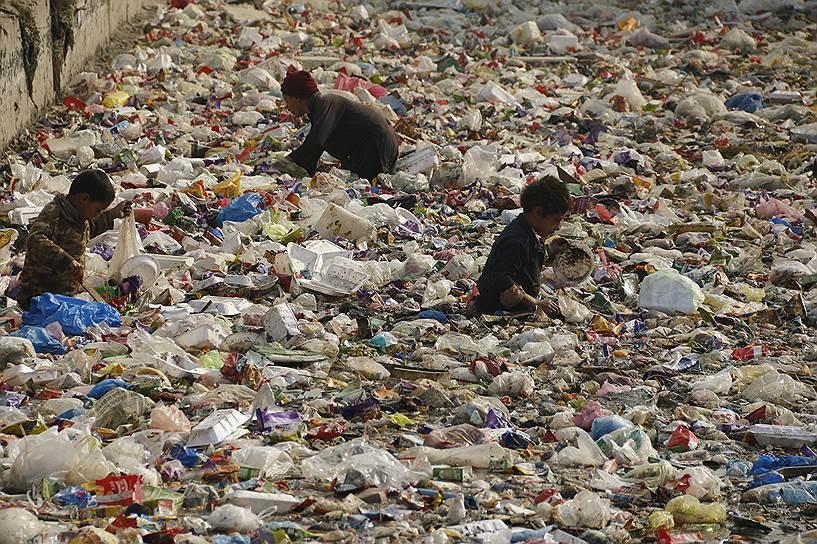 Пешавар, Пакистан. Дети ищут предметы из перерабатываемого пластика