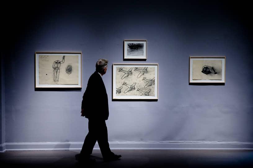 В 2006 году Линч выпустил аудиокнигу о технике погружения в глубину сознания, в которой описывал, как медитация помогает ему в работе над фильмами. В 2009 году книга была издана на русском языке под названием «Поймать большую рыбу». Не забрасывает режиссер и живопись: выставки его работ проходят в разных странах мира<br> На фото: выставка Дэвид Линча в Пенсильванской академии искусств