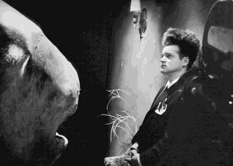 В 1960–70-е годы, снимая короткометражки, Линч в течение семи лет параллельно работал над полнометражным дебютом «Голова-ластик» (кадр на фото). Фильм об отвратительных мутантах и отходах постиндустриальной цивилизации сразу возвел режиссера в статус культовых. Когда Джордж Лукас посмотрел картину, он предложил Линчу стать режиссером нового эпизода «Звездных войн». Тот от предложения отказался, объяснив, что в случае согласия будет вынужден поступиться своим видением фильма перед желанием Лукаса видеть фильм по-своему
