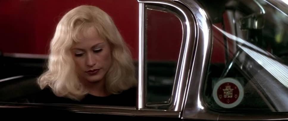 """В 1997 году на экраны вышла картина Линча «Шоссе в никуда» (кадр на фото), которую встретили неоднозначно: одни восхищались работой режиссера, другие видели в ней закат его карьеры. Два известных американских кинокритика Джин Сискел и Роджер Эберт написали негативные рецензии о картине. Режиссер отреагировал своеобразно, выпустив постер к фильму со слоганом «Еще две причины посмотреть """"Шоссе в никуда""""»"""