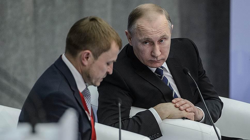 Президент России Владимир Путин (справа) на форуме «Малый бизнес — национальная идея?»