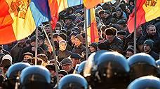 Правительству Молдавии достается справа и слева