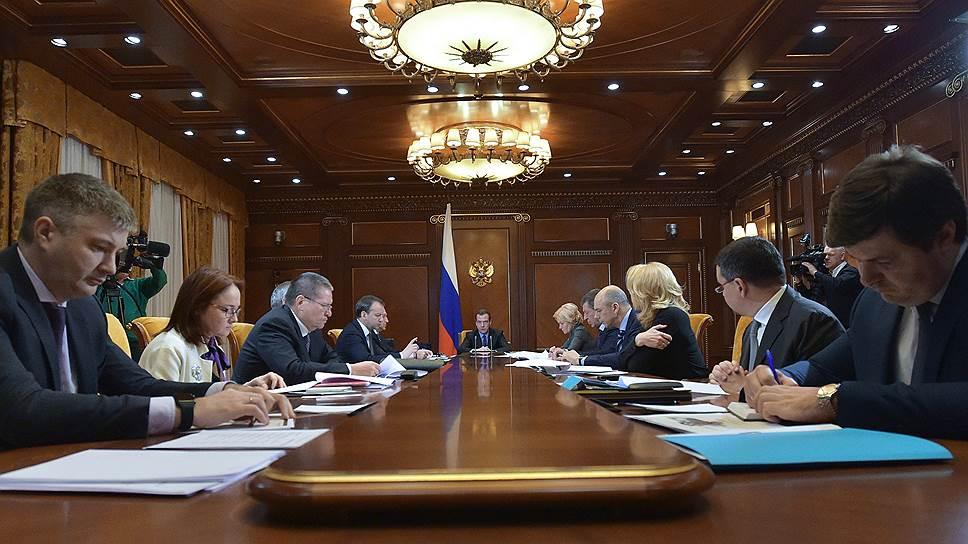Председатель правительства РФ Дмитрий Медведев (в центре)