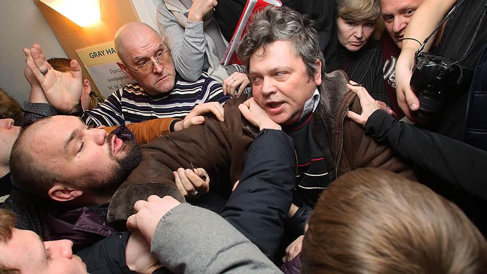 Как активисты НОД разгромили мемориал Бориса Немцова