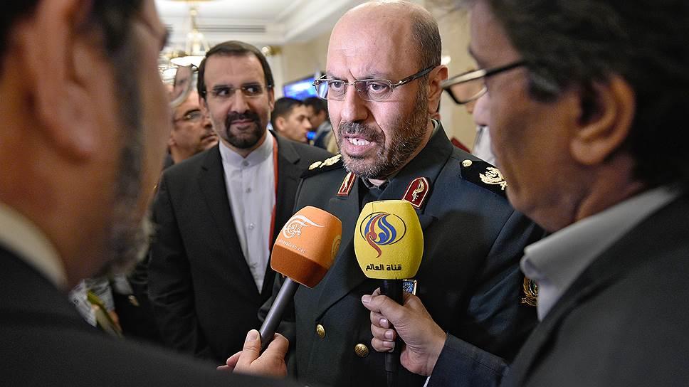 Министр обороны Ирана Хосейн Дехган (в центре)