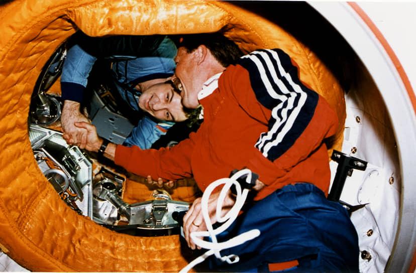 Роберт Гибсон (на фото) вручную подводил тяжелый, стотонный корабль к российской станции. Скорость движения при этом была максимально медленной: 3-4 см в секунду