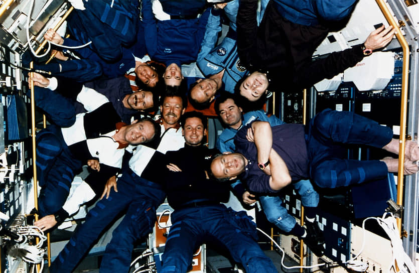 С 1995 года российская станция стала открытой и для иностранцев. Помимо постоянного экипажа, в работе станции приняли участие 15 экспедиций посещения, из которых 14 были с международным участием. На борту орбитального комплекса побывали космонавты из Сирии, Болгарии, Афганистана, Франции, Японии, Великобритании, Австрии, Германии, США и других стран