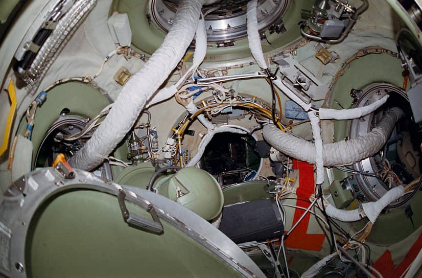 Весной 1987 года на орбиту был выведен модуль «Квант-1». Он стал своего рода космическим вокзалом «Мира». Стыковка с «Квантом» стала для «Мира» одной из первых внештатных ситуаций. Для того, чтобы надежно прикрепить «Квант» к комплексу, космонавтам пришлось совершить незапланированный выход в открытый космос