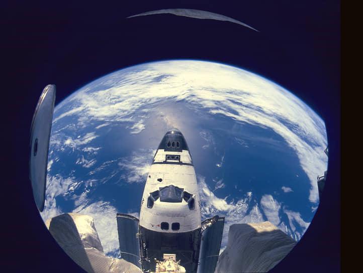 В 1995 году шаттл «Атлантис» осуществил первую стыковку американского корабля с российской станцией «Мир». Американская часть экипажа состояла из пяти астронавтов во главе с командиром Робертом Гибсоном