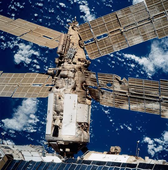 В июне 1997 года произошло другое крупное происшествие: разгерметизация «Мира» в результате столкновения с грузовиком «Прогресс М-34». Авария произошла во время испытания ручного управления стыкующимся кораблем. Вместо того чтобы остановиться в 50 метрах от грузовика, станция медленно продолжила движение навстречу