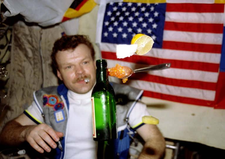 На «Мире» было установлено несколько мировых рекордов, среди которых — абсолютный рекорд по времени непрерывного пребывания человека в космическом полете. Россиянин Валерий Поляков дважды побывал на станции и проработал на ней в общей сложности 678 суток 16 часов 33 минуты. Он установил рекорд непрерывного пребывания в космосе — 437 суток 17 часов 59 минут в течение одного полета