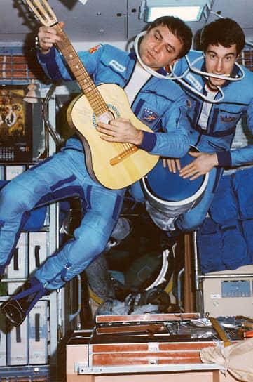 На фото: космонавты Александр Волков (слева) и Сергей Крикалев, 1989 год