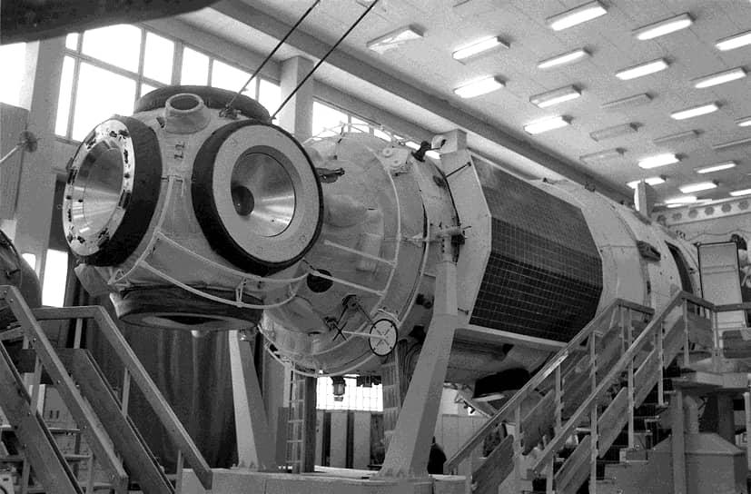 Идея создания станции «Мир» появилась в 1976 году, когда специалисты НПО «Энергия» (ныне — ракетно-космическая корпорация) выпустили «Технические предложения по созданию усовершенствованных долговременных орбитальных станций». Упор был сделан на обеспечение большей безопасности экипажа в момент нахождения на орбите