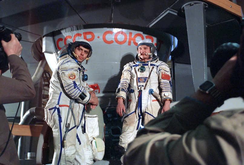 1986 год. Члены экипажа космического корабля «Союз Т-15» Леонид Кизим (справа) и Владимир Соловьев в Центре подготовки космонавтов имени Юрия Гагарина готовятся к полету с посещением орбитальной станции «Мир» (первая научная экспедиция с длительным пребыванием на станции)