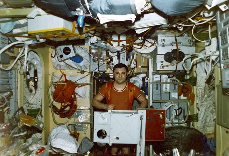 На фото: дважды Герой Советского Союза, летчик-космонавт СССР Юрий Романенко тренируется на «бегущей дорожке» на борту орбитальной станции «Мир». Полет продолжался с 5 февраля по 30 июля 1987 года (326 суток 11 часов 38 мин)