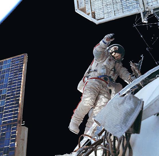 В июне на орбиту был доставлен модуль «Кристалл». На нем был установлен дополнительный стыковочный узел, который по замыслу конструкторов должен служить шлюзом для приема корабля «Буран» <br>На фото: космонавт Александр Волков во время выхода в открытый космос осуществляет технический эксперимент испытания сложной пространственной фермы в реальных космических условиях
