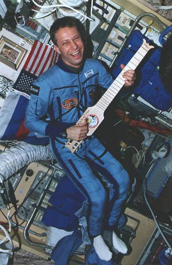 Космонавт Европейского космического агентства Томас Райтер тестирует гитару — подарок «Миру» от экипажа STS-74 (1996 год)