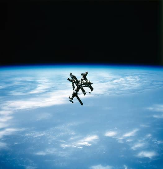 Старт первой экспедиции «Мира» был приурочен к открытию XXVII съезда КПСС, поэтому все неудобные моменты запуска, естественно, остались за кадром. В частности, только годы спустя стало известно, что из-за ошибки баллистиков базовый блок «Мира» сначала был выведен на неверную орбиту, откуда он начал опасный «дрейф» к Земле