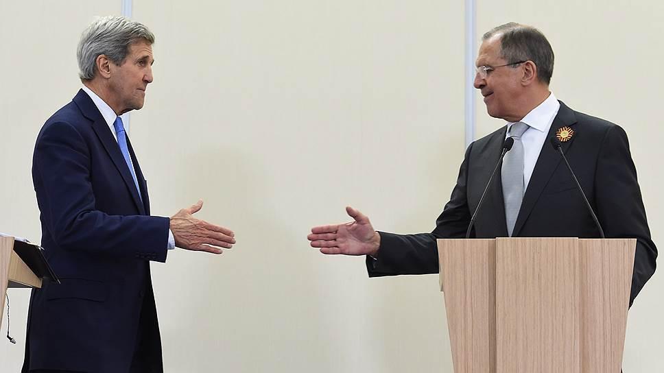 Госсекретарь США Джон Керри (слева) и министр иностранных дел России Сергей Лавров (справа)