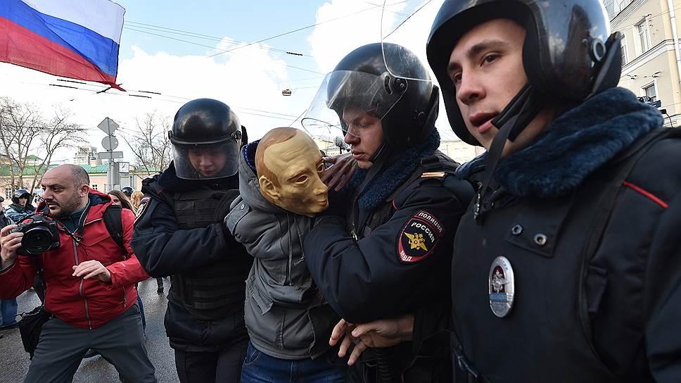 Задержание участника шествия в маске Владимира Путина на марше в Москве