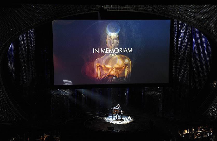 Специальный номер от Дейва Грола (Nirvana, Foo Fighters): песня Пола Маккартни «Blackbird» под гитару, на экране — воспоминания о кинематографистах, ушедших из жизни в 2015 году