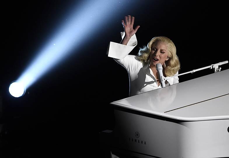 Поет Леди Гага довольно вдохновенно, в отличие от церемонии Grammy, где она показала наскоро сколоченный трибьют Дэвиду Боуи