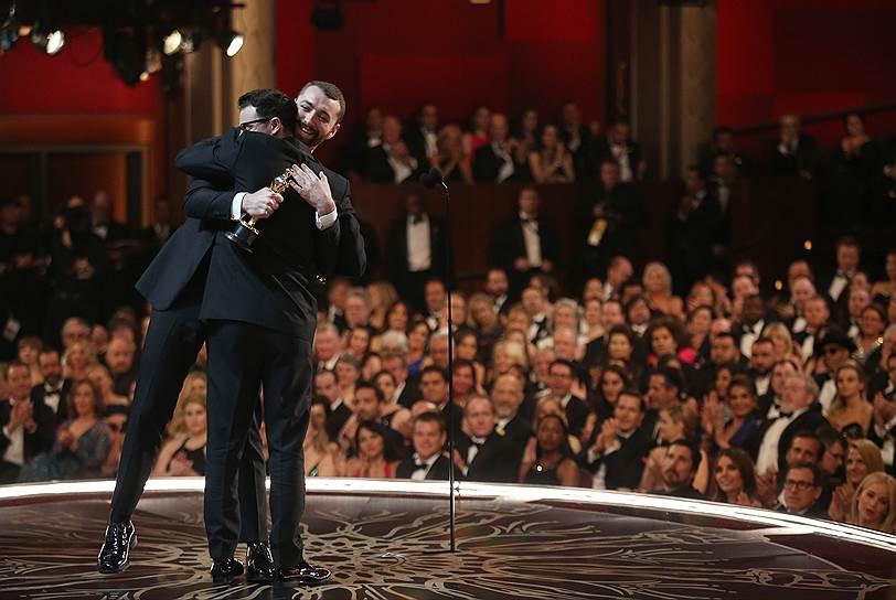 """«Лучшая песня к фильму» — Сэм Смит """"Writing's on the Wall"""" («007: Спектр»). «Золотой глобус» за эту песню у артиста уже есть. Сэм Смит посвятил награду всему ЛГБТ-комьюнити. Со ссылкой на Иэна Маккелена он сказал, что до этого момента открытые геи не получали «Оскаров»"""