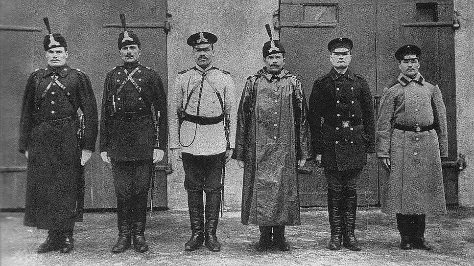 До октябрьской революции полицейские носили форму, утвержденную Александром III 15 марта 1884 года. Низшим чинам полиции (городовым) предписывалось носить темно-зеленый китель с оранжевой окантовкой и синие шаровары. Зимняя шинель была сшита из темно-серого сукна солдатского образца, шапка — из черной мерлушки с гербом, кокардой и металлическим номером. В январе 1889 года императорским указом был изменен цвет мундиров полиции Санкт-Петербурга, Москвы и Варшавы — они стали черными