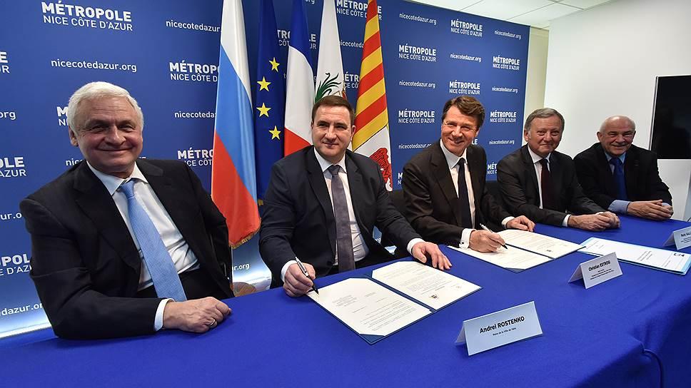 На фото:  глава администрации Ялты Андрей Ростенко (второй слева) и мэр Ниццы Кристиан Эстрози (третий справа)