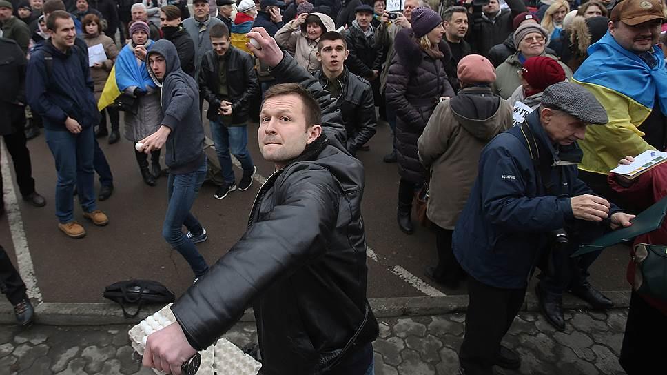 Российское посольство в Киеве забросали камнями, яйцами и бутылками с йодом и зеленкой